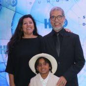 Muito estilo! Filho de Regina Casé rouba a cena em première com os pais. Fotos!