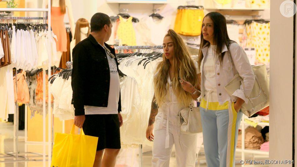 Rafaella Santos curte dia de compras com amigos no Rio de Janeiro