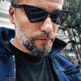 Bruno Gagliasso aposta em óculos de sol, pulseiras, relógios e cordões como seus principais acessórios