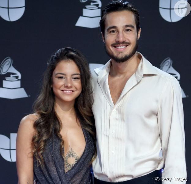 Fim da vida de solteiro! Tiago Iorc surge com nova namorada no Grammy Latino nesta quinta-feira, dia 14 de novembro de 2019