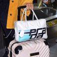 Luísa Sonza aposta em mala de mão da grife Prada para viajar