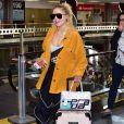Luísa Sonza usou mala da marca Karl Lagerfeld para viajar