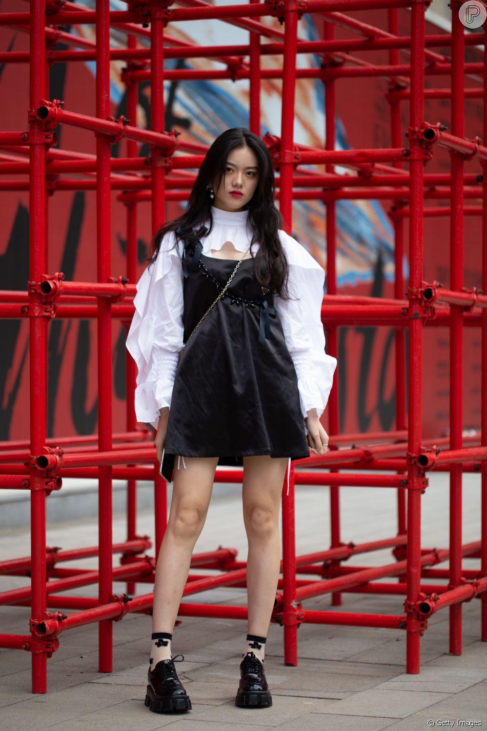 Vestido com camisa branca: com manga bufante e babados, o modelo clássico do guarda-roupa ganha novos ares e deixa o look mais fashion