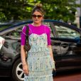 Vestido com blusa neon: o modelo romântico que é a cara do verão ganha ainda mais informação de moda com top rosa vibrante por baixo