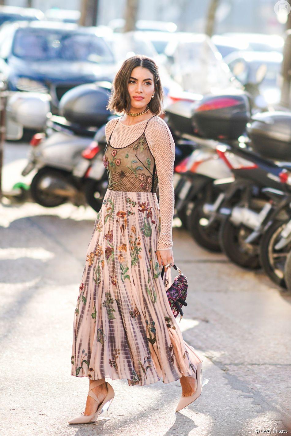 Vestido com sobreposição: a blusa no estilo meia arrastão deixa o look mais interessante sem pesar o visual