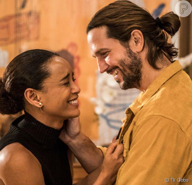Davi (Vladmimir Brichta) descobre que Vitória (Taís Araujo) trabalha para Álvaro (Irandhir Santos) na novela 'Amor de Mãe'