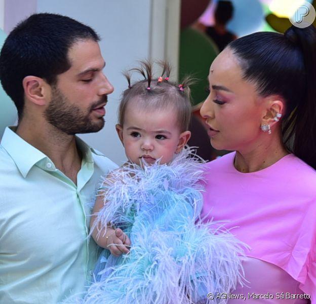 Filha de Sabrina Sato e Duda Nagle, Zoe usa look com plumas em festa de 1 ano e se impressiona com decoração. Fotos!
