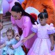 Filha de Sabrina Sato e Duda Nagle, Zoe arriscou alguns passinhos ao chegar na sua festa de 1º aniversário