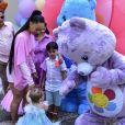 Filha de Sabrina Sato e Duda Nagle, Zoe se encantou com os Ursinhos Carinhosos, tema de sua festa ostentação de 1 ano