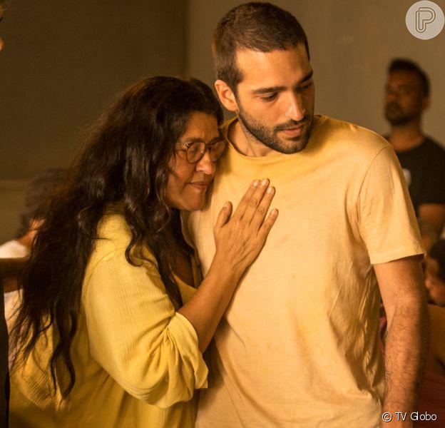Para salvar Sandro (Humberto Carrão), Lurdes (Regina Casé) vende a casa na novela 'Amor de Mãe'