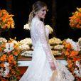 Bárbara Evans usou  vestido em renda italiana com fio de seda e aplicações assimétricas de pequenas flores 3D em brocado