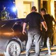 Felipe Araújo deixa estabelecimento no mesmo carro que Munik Nunes