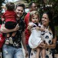 Filha de Thais Fersoza e Michel Teló, Melinda brincou com fotógrafo em passeio com os pais