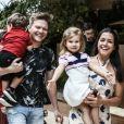 Filha de Thais Fersoza e Michel Teló, Melinda esbanjou fofura em passeio com os pais e o irmão, Teodoro, em shopping do Rio de Janeiro