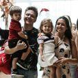 Filha de Thais Fersoza e Michel Teló, Melinda roubou a cena ao acenar para fotógrafo durante passeio com os pais e o irmão, Teodoro, incentivada pela mãe