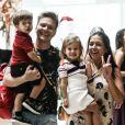 Filha de Thais Fersoza e Michel Teló, Melinda foi incentivada pela mãe para acenar para fotógrafo durante dia de compras em shopping
