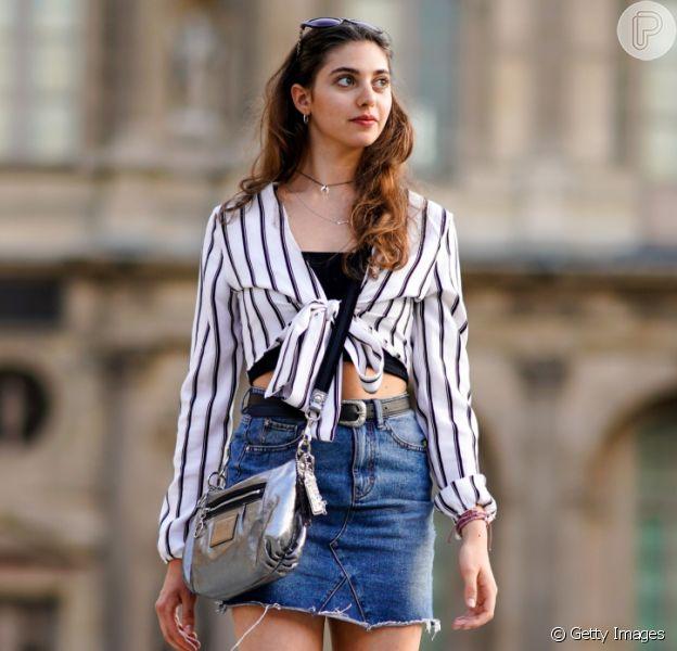 A saia jeans é uma das peças essenciais do verão. Aprenda a combinar com blusas que são tendência da temporada!