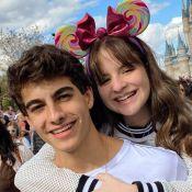 Sophia Valverde e Lucas Burgatti combinam look em foto de beijo em viagem