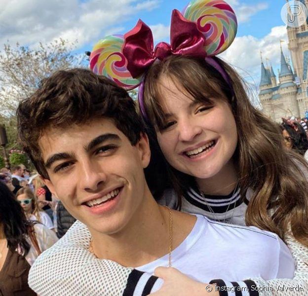 Sophia Valverde e Lucas Burgatti combinam look em foto nos EUA publicada nesta sexta-feira, dia 10 de janeiro de 2020