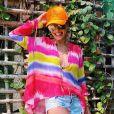 Juliana Paes aposta na blusa tie dye em tons vibrantes combinando com short jeans