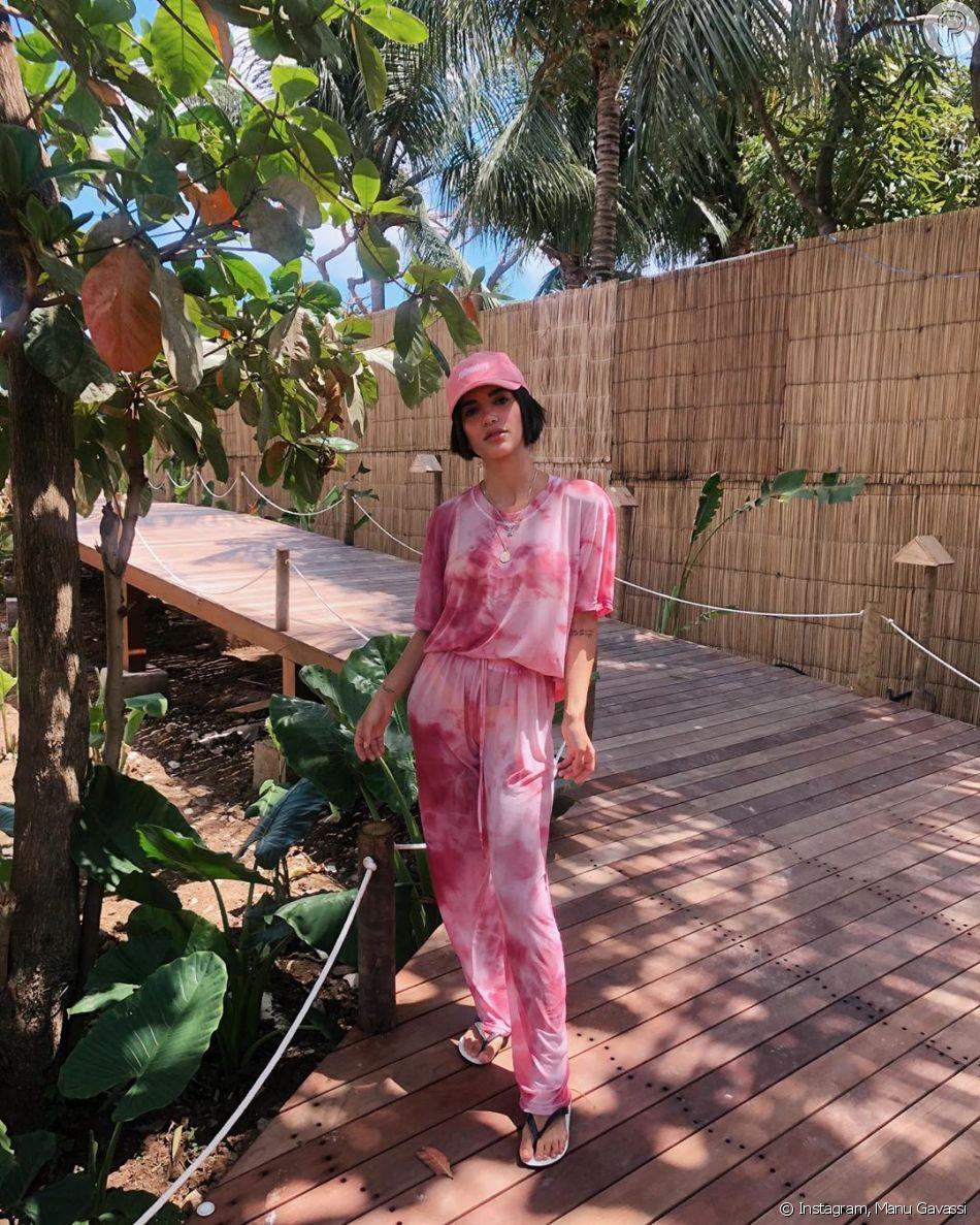 O tie dye também pode aparecer em um look monocromático, como nessa produção em rosa e branco de Manu Gavassi