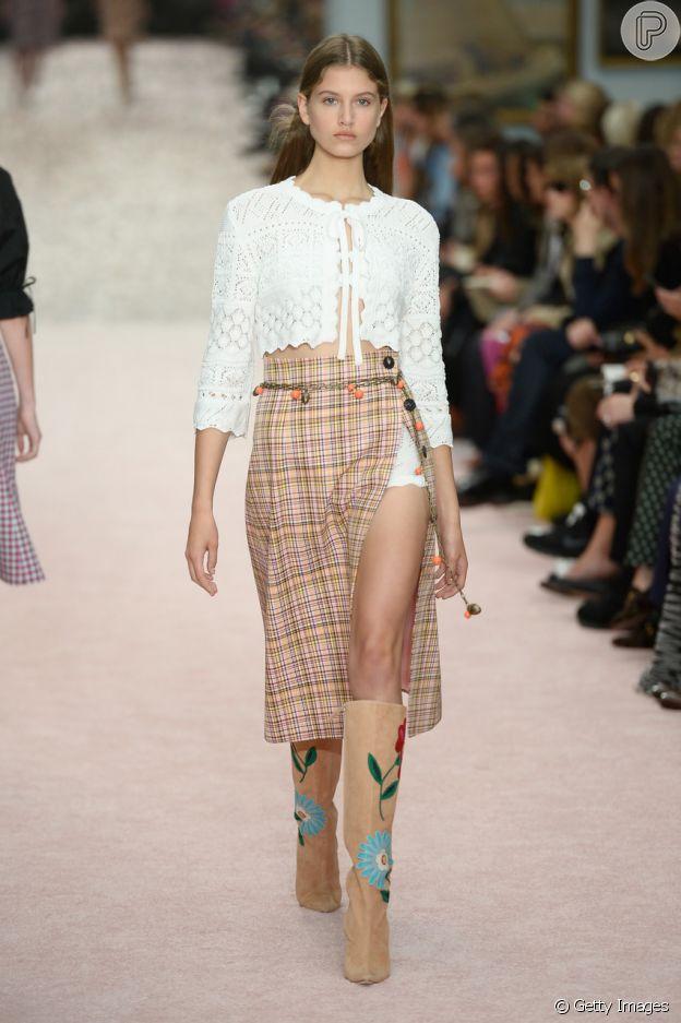 Blusa cropped com crochê alia tendências da moda Verão 2020