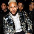 Neymar, com cabelo platinado, apostou em um look nada discreto para o evento de moda