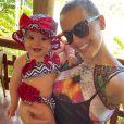 Filha de Thaeme, Liz surgiu com conjuntinho de moda praia em foto com a mamãe famosa