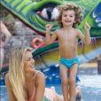 O filho de  Belutti e Thaís Pacholek divertiu a mãe com sua animação e sunga azul vibrante