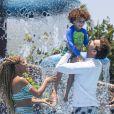 Filho de Aline Wirley e Igor Rickli, Antônio aliou proteção e diversão com seu look em tom de azul e verde