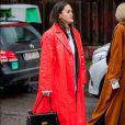 Trend absoluta! Trench coat em tons vibrante está na moda