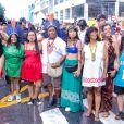 Alessandra Negrini faz foto com líder indígena brasileira Sônia Guajajara e outras mulheres indígenas em bloco de Carnaval