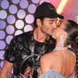 Isis Valverde trocou beijos com marido, André Resende, no  camarote N1