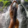 Ludmilla faz foto sexy de biquíni fio-dental em banho de cachoeira em Angra dos Reis