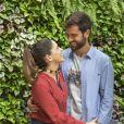 Na novela 'Salve-se Quem Puder', Bruno (Marcos Pitombo) leva Micaela (Sabrina Petraglia) para um jantar para se desculpar após tratar mal a jovem.