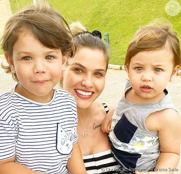 Andressa Suita mostrou os filhos com o mesmo look para acompanhar a live de Gusttavo Lima no Villa Mix, neste domingo, 3 de maio de 2020