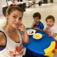 Andressa Suita ficou em casa com os filhos para ver Gusttavo Lima pela TV
