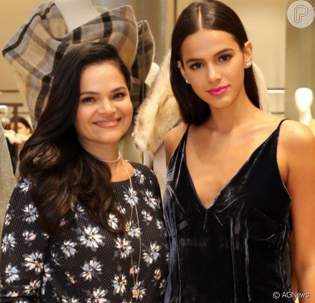 Bruna Marquezine exibe foto com a mãe e chama atenção por semelhança