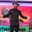Gusttavo Lima valorizou corpo malhado em look de live show