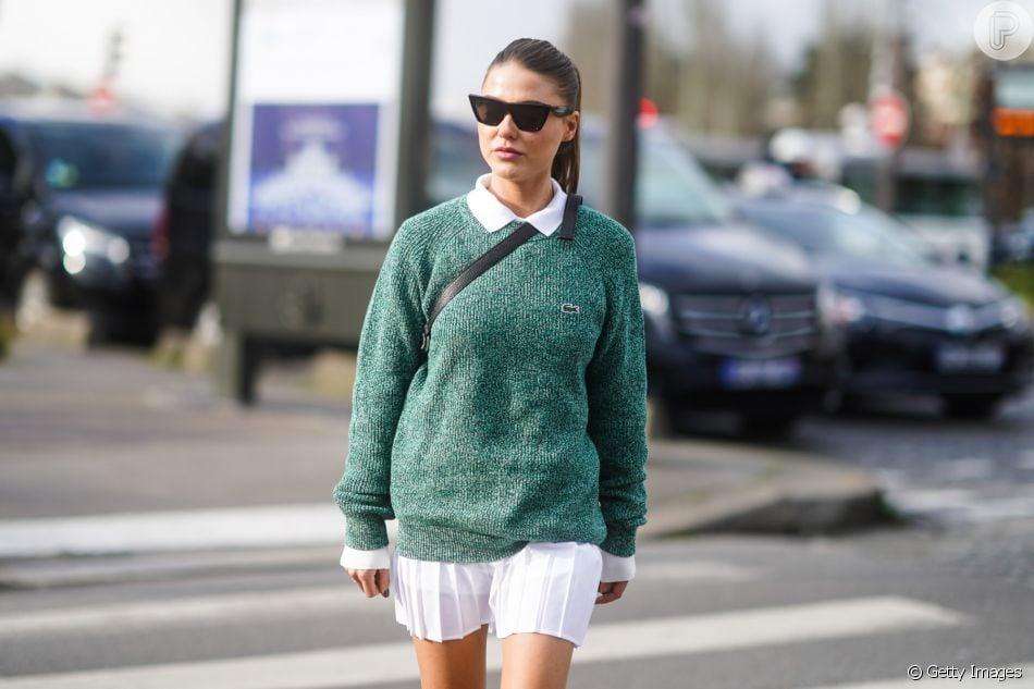 O tricô colorido dá mais bossa ao vestido off white