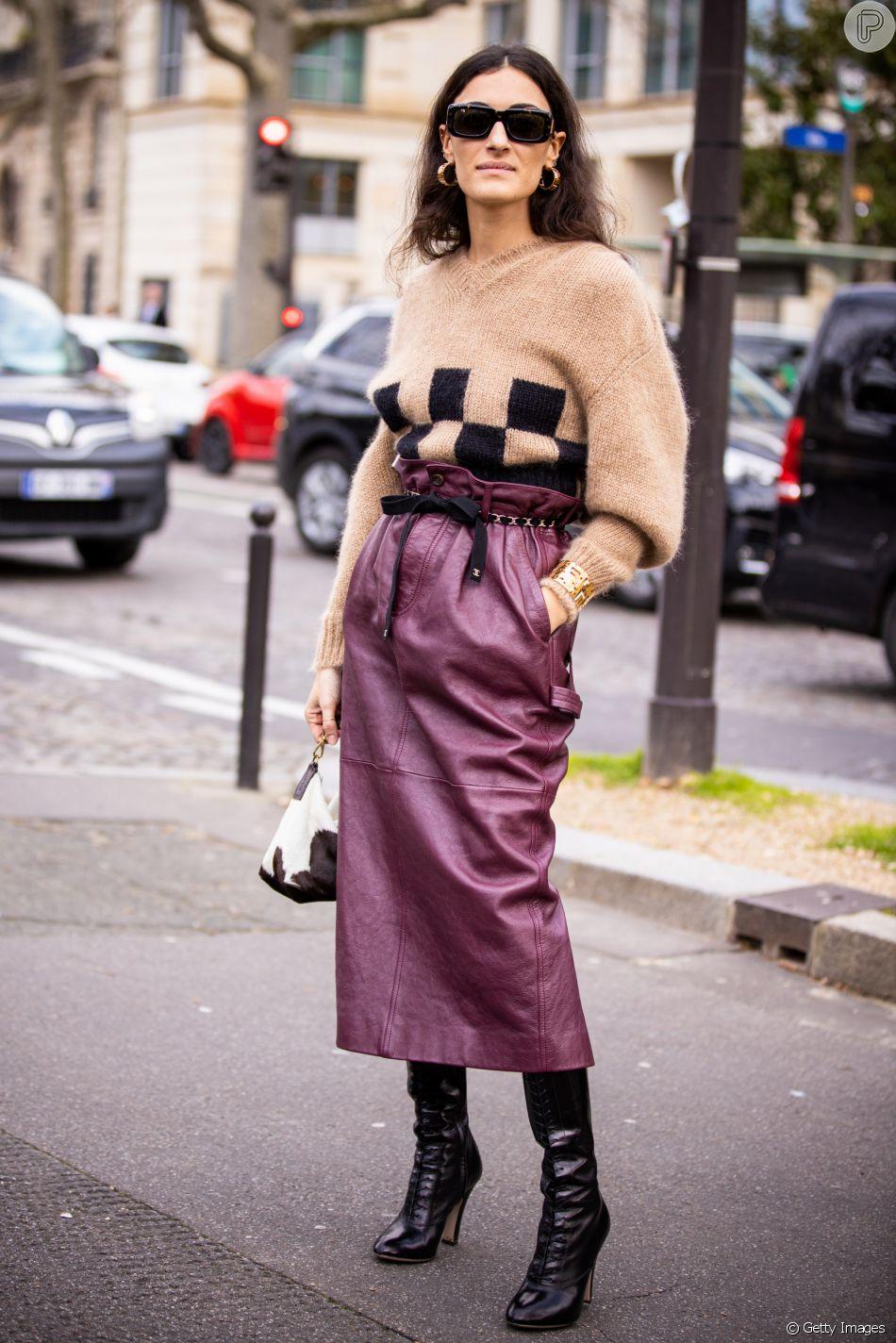 Para deixar o tricô mais atual, que tal unir a peça com saia de couro?