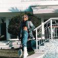 Luisa Sonza faz foto na área externa da casa, que conta com uma piscina