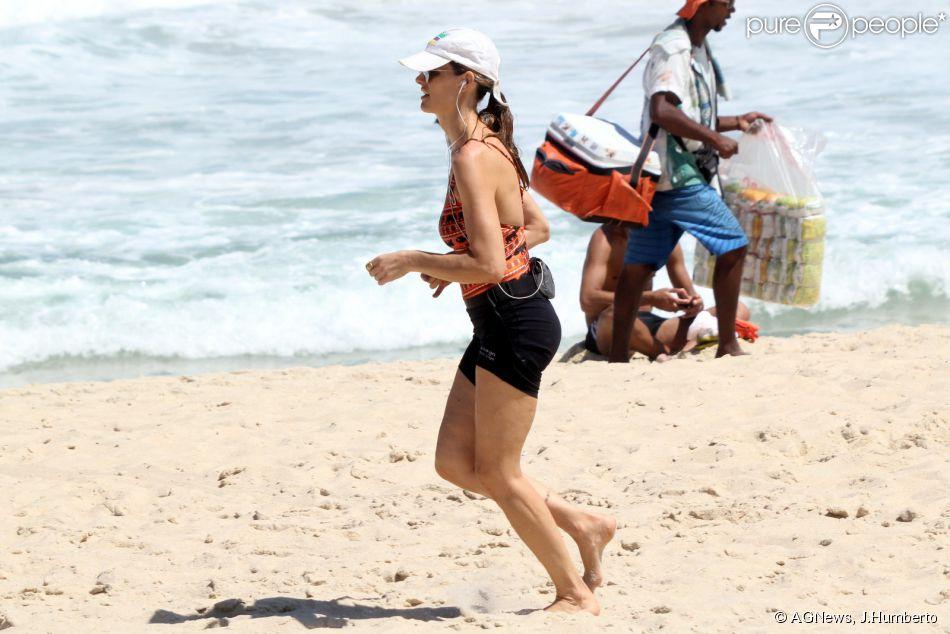 Fernanda Lima se exercita em praia para manter boa forma, em 29 de outubro de 2014
