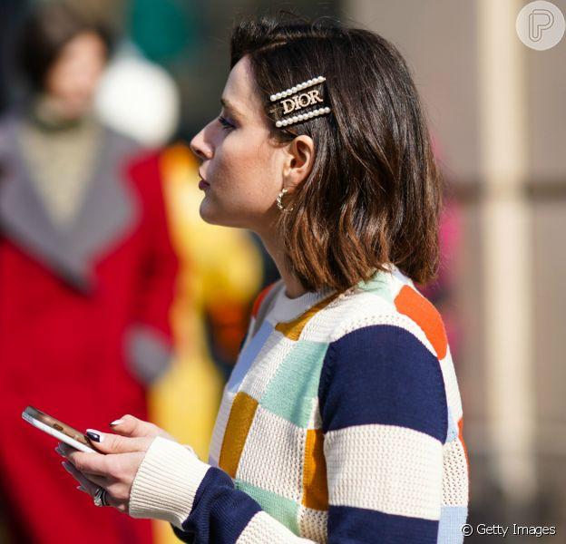 Os cabelos curtos podem ficar mais estilosos com acessórios