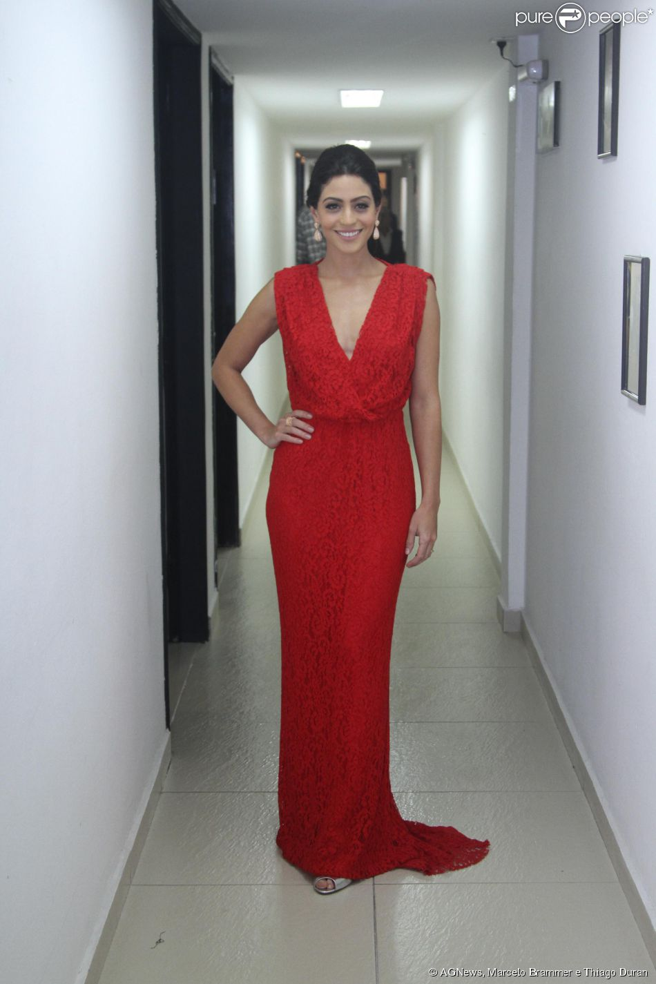 7731afe30 Carol Castro usa vestido vermelho longo na 36ª edição do Prêmio  Profissionais do Ano, em