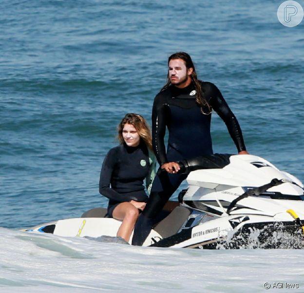 Isabella Santoni teve dia de surfe e tow-in com o namorado, Caio Vaz,nesta terça-feira, 30 de junho de 2020