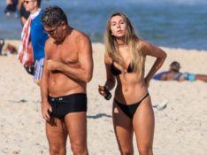 Carol Portaluppi renova bronze e corpo chama atenção em praia com Renato Gaúcho