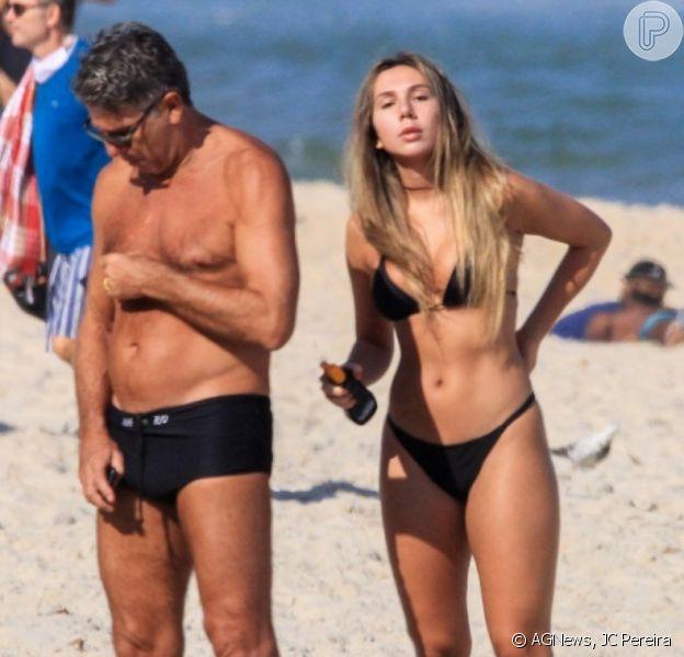 Renato Gaúcho curte dia na praia com a filha, Carol Portaluppi, em Ipanema, zona sul do Rio de Janeiro, nesta terça-feira, 07 de julho de 2020