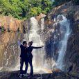Grazi Massafera e Caio Castro posaram para uma foto romântica na frente da cachoeira