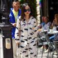 O pijama de seda estampado fica sofisticado com salto alto